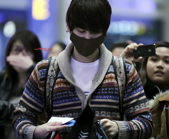 130306-kyuhyun-at-incheon-airport-from-bangkok-by-sjm-thanks-4
