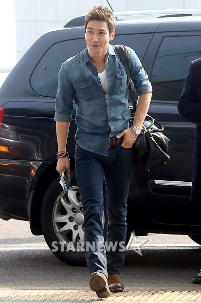 130308-super-junior-at-incheon-airport-to-jakarta-2